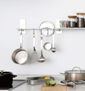 キッチンの整理整頓に、壁面マグネットを使うアイデア