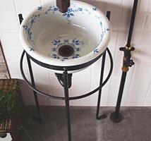レトロな手洗い器とスタンドの洗面所